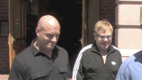 Elton John prý strkal bodyguardovi prsty mezi hýždě: Teď čelí sexuálnímu obtěžování!