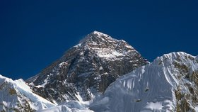 Už žádní mrtví na Everestu? Nepál zavádí přísnější pravidla pro nejvyšší horu světa