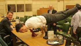 Kanadský premiér je machr na jógu: Na stole předvedl pozici páva