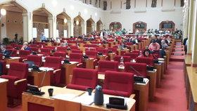 Žádná přednost pro poslance a senátory při zasedání: Pražští radní chtějí sjednotit práva zastupitelů