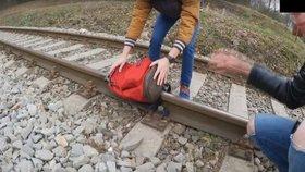 Další průšvih youtuberů TVTwixx  Nechali batoh přejet vlakem 3e7a64d8b3