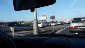Nehoda kamionu zbrzdila Pražský okruh na Černém Mostě. Tvoří se kolony