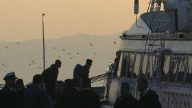Návrat uprchlíků do Turecka: Za úsvitu vypluly z Řecka první dvě lodě