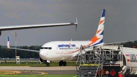 Evakuace letadla české firmy: Cestující (29) si při pádu ze skluzavky rozbila hlavu