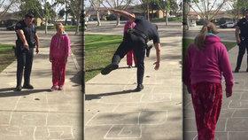 Dojemné video: Policista naučil dívku bez domova skákat na panákovi