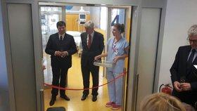 Loni tam bojoval o život. Herec Jan Hrušínský otevřel novou JIP v Thomayerově nemocnici