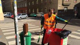Vedení Prahy 7 změnilo práci: Starosta vzal koště a šel uklízet ulice