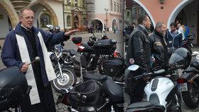 """Farář požehnal kmotru Novákovi a jeho """"zachráncům"""": Motorkáři v Kadani zahájili sezónu"""