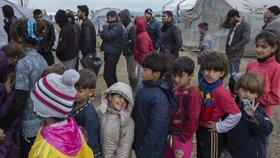 Z malých migrantů se v Řecku stávají bezdomovci, třetina uprchlíků nechodí do školy