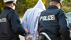 Němci zadrželi extremisty kvůli útokům na uprchlíky. Vyzbrojili se prý v Česku