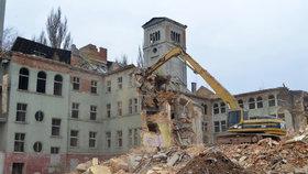 V Chebu bourají památkově chráněný klášter: Nezákonná demolice