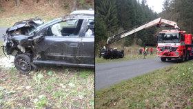 Auto skončilo po nehodě v potoce: Hasiči museli vyslat speciální techniku