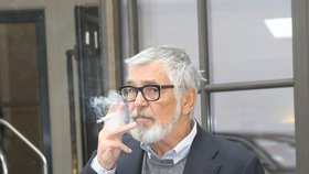 Nejznámější kuřák Česka slaví 70: Kdy Bartoška začal a proč nechce přestat?