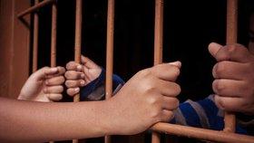 Policisté poskytovali vězni výhody, viní je obžaloba. K soudu míří i další dva lidé