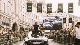 David Hasselhoff přiveze do Prahy 100 luxusních bouráků! Pak tu zapaří!