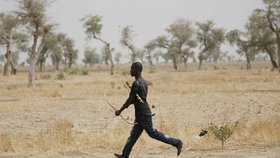 Sebevražednou atentátníci zastřelili v Kamerunu otráveným šípem