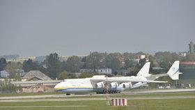 Monstrum Antonov 225 dosedlo na letiště v Praze. Sledovaly ho tisíce lidí