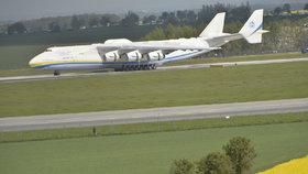 """Celebrita nebes """"kotví"""" na letišti: Antonov pohltí 120tunový generátor"""