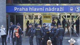 Policie zadržela muže, který měl hrozit bombami. Ochromil nádraží i magistráty