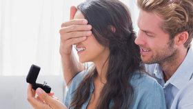 100 let zásnubních prstenů: Kterými se dříve žádalo o ruku?