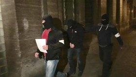 Protimafiánský útvar po razii obvinil tři lidi. Vynášeli policejní informace