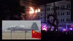 """Číňané """"zapíchli"""" stíhačku přímo do bytovky. Dům zachvátily plameny"""