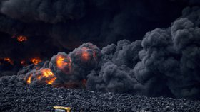 Černé peklo poblíž Madridu: Hořící pneumatiky vyhnaly z domovů 9 tisíc lidí