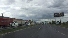 Dálnice D10 ve směru na Prahu stála. Na dopravním tahu hořelo auto