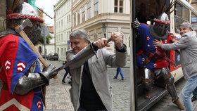Pavel Soukup povozil rytíře tramvají!