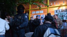 Policie zadržela 16 aktivistů Kliniky: Na protest se připoutali k betonu