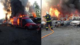 Na Frýdecko-Místecku hořelo vrakoviště: Hasiči povolali sedm cisteren