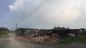 Tornádo na Náchodsku: Během dvou minut smetlo střechy i stodolu