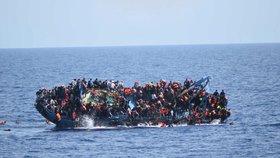 Další smrt na moři: Uprchlíkům se převrhla loď, desítky jich zemřely