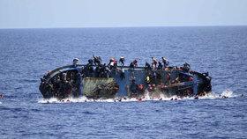 Středozemní moře jako masový hrob uprchlíků: Za týden pohřbilo 600 lidí