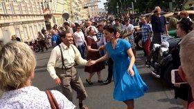 Centrum Prahy ovládla prvorepubliková párty. Lidé tančili mezi veterány