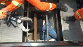Nehoda jako z hororu: Opraváře spolkl eskalátor! Jako zázrakem přežil