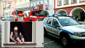 Sebevražedkyně v Domažlicích vylezla do okna a chtěla z něj vyskočit