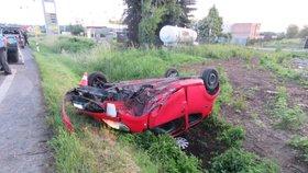 Mladá řidička ladila za jízdy rádio: Skončila na střeše