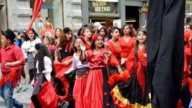 Romové »ucpali« ulici Na Příkopě: Hudba, tanec a nadšení turisté