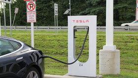 Sobotka vs. smog: Pomůžou elektromobily, premiér chce víc dobíjecích stanic