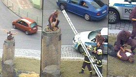 Muž se uhnízdil na soše na litoměřickém kruháči: Sundavat ho museli hasiči