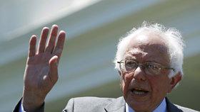 """Sanders před delegáty podpořil Clintonovou, stoupenci ho za to """"vybučeli"""""""