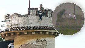 Čekal, až přiletí drak: Bláznivý Lotyš z věže má žloutenku a HIV, teď ho čeká obvinění