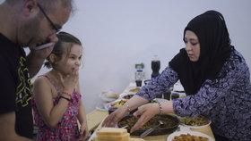 Ramadánu se přizpůsobily i uprchlické tábory. Lékaři jsou ve střehu