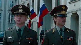 """Na Hrad vyvěsili ruské vlajky a """"smazali"""" katedrálu. Tak filmaři maskují Prahu"""