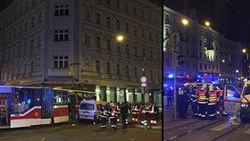 Tramvaj č. 10 se srazila se sanitkou: Několik raněných skončilo v nemocnici