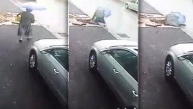 Nepříjemný trapas: Žena uklouzla a zahučela přímo do jámy
