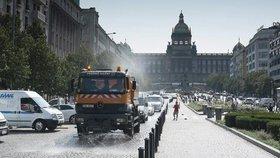 Sluníčko rozpálilo Prahu: Do ulic vyjely kropicí vozy