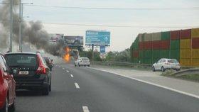 Na dálnici D11 u Prahy i na okruhu hořela auta. Provoz byl na obou místech omezen