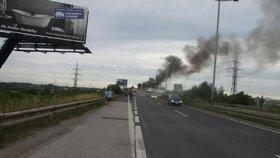 Na Pražském okruhu hořelo auto. Byl tu uzavřený pravý jízdní pruh